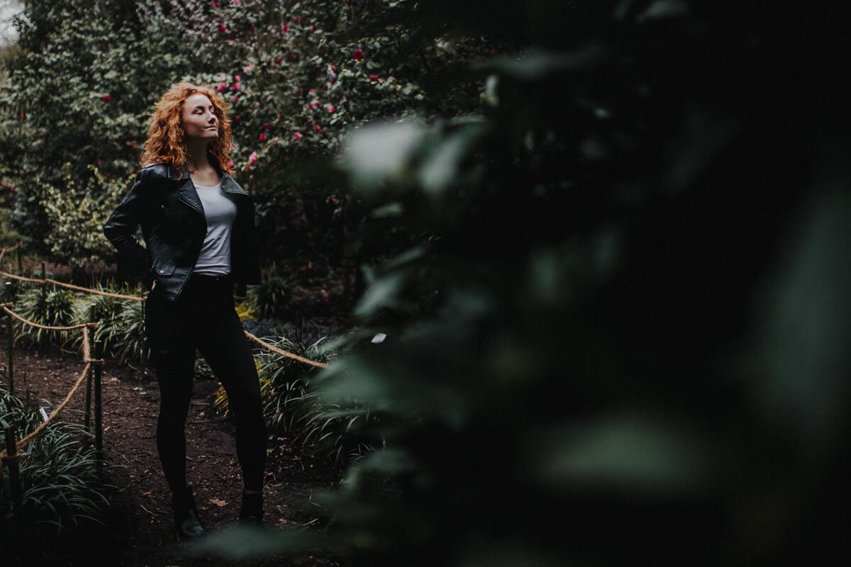 Tolles Licht und ein entspanntes Model bei einem Shooting im botanischen Garten