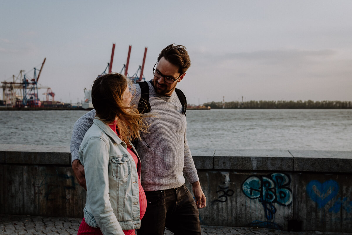 Gemeinsame Zeit verbringen, bei einem entspannten Pärchenshooting in Hamburg.