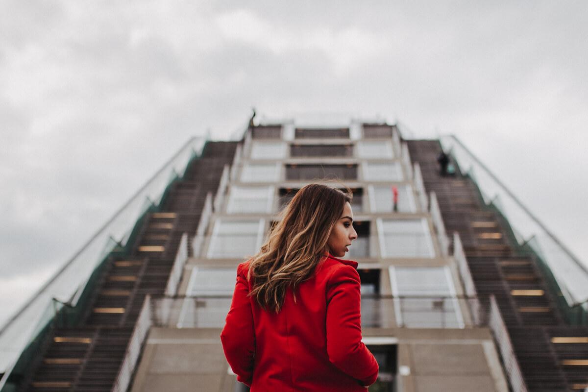 Porträtshooting am Hamburger Dockland bei bewölktem Himmel
