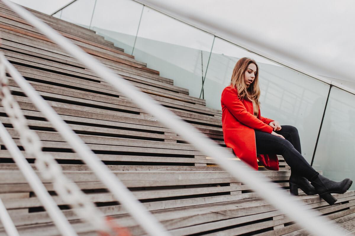 Auf der Treppe beim Porträtshooting am Hamburger Dockland