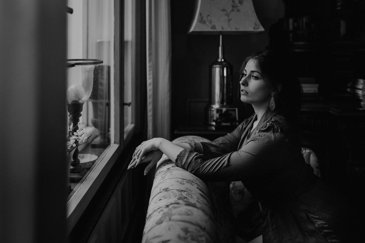 Ausblick aus dem Fenster bei einem entspannten Porträtshooting im Hotel Garni Mittelweg auch in Schwarzweiß ein Traum