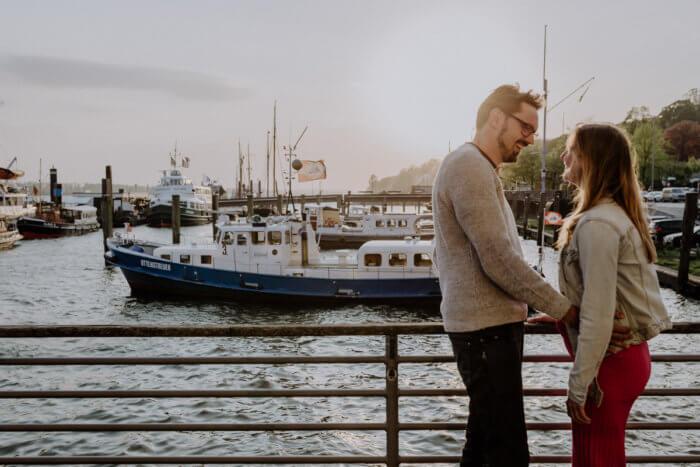 Ein glückliches Paar beim Shooting im Museumshafen Övelgönne