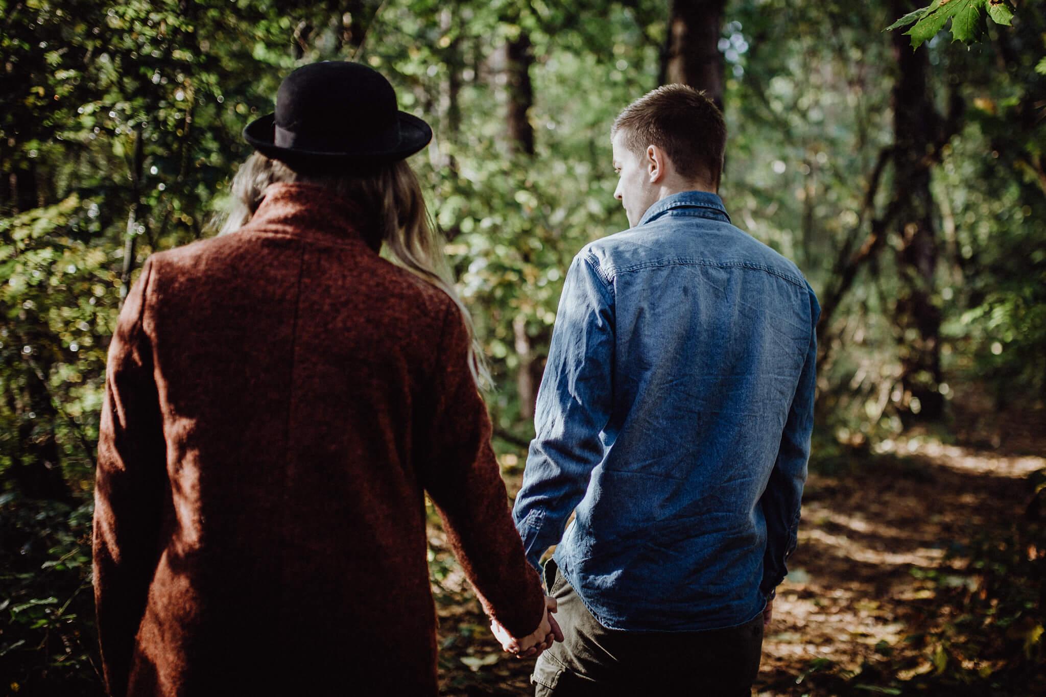 Gemeinsamer Streifzug durch den Wald beim Paarshooting
